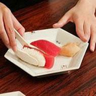 寿司を横に挟む